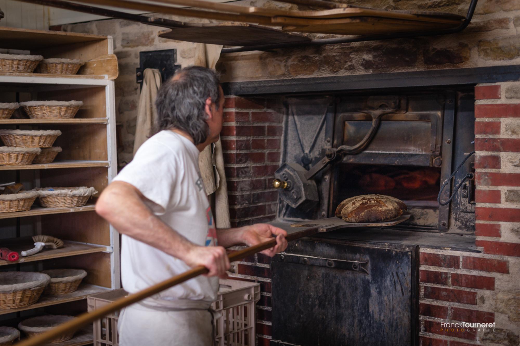 Pain au levain cuit au feu de bois - Boulangerie Sainte-Fauste à Bozouls - Photo Reportage de Franck Tourneret